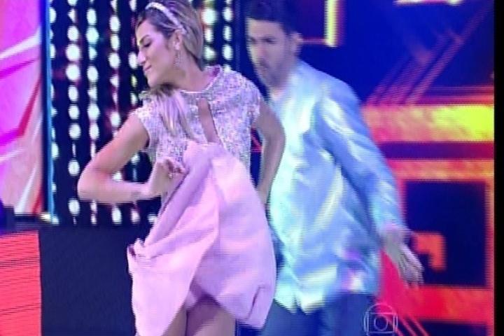 """7.set.2014 - Giovanna Ewbank dança rock na """"Dança dos Famosos"""". A atriz contou que também ensaia com o marido, Bruno Gagliasso, em casa"""
