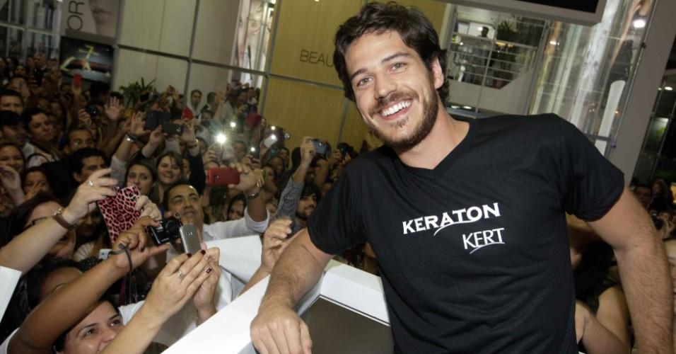 7.set.2014 - O ator Marco Pigossi atrai uma multidão de fãs ao participar de uma feira internacional de beleza, que acontece em São Paulo
