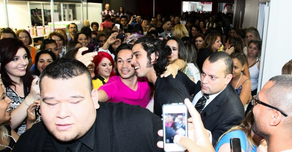 7.set.2014 - O ator Rodrigo Simas é cercado por uma multidão em uma feira internacional de beleza, que acontece em São Paulo