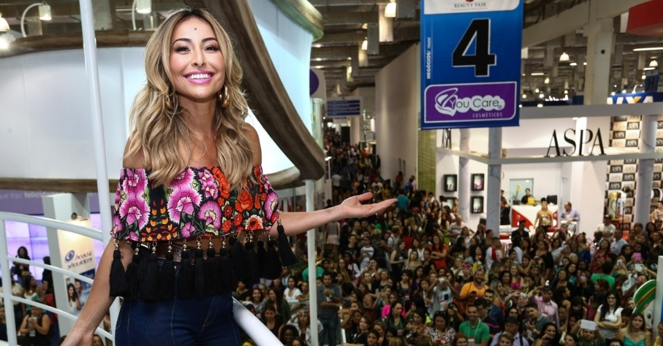 7.set.2014 - Sabrina Sato marca presença na feira internacional de beleza, que acontece em São Paulo. A apresenta provocou tumulto ao chegar no evento