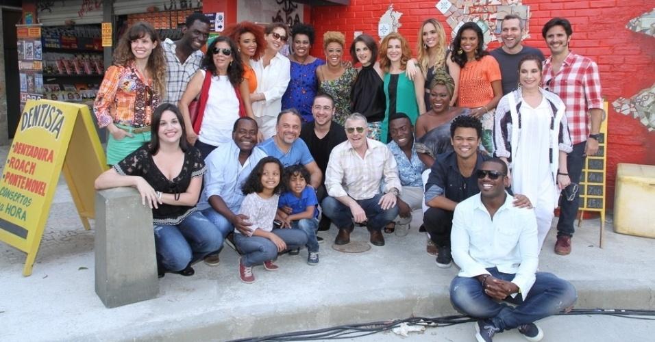 08.set.2014 - Miguel Falabella e Cininha de Paula, a diretora do seriado, fizeram questão de posar com todo o elenco para fotos no final da coletiva