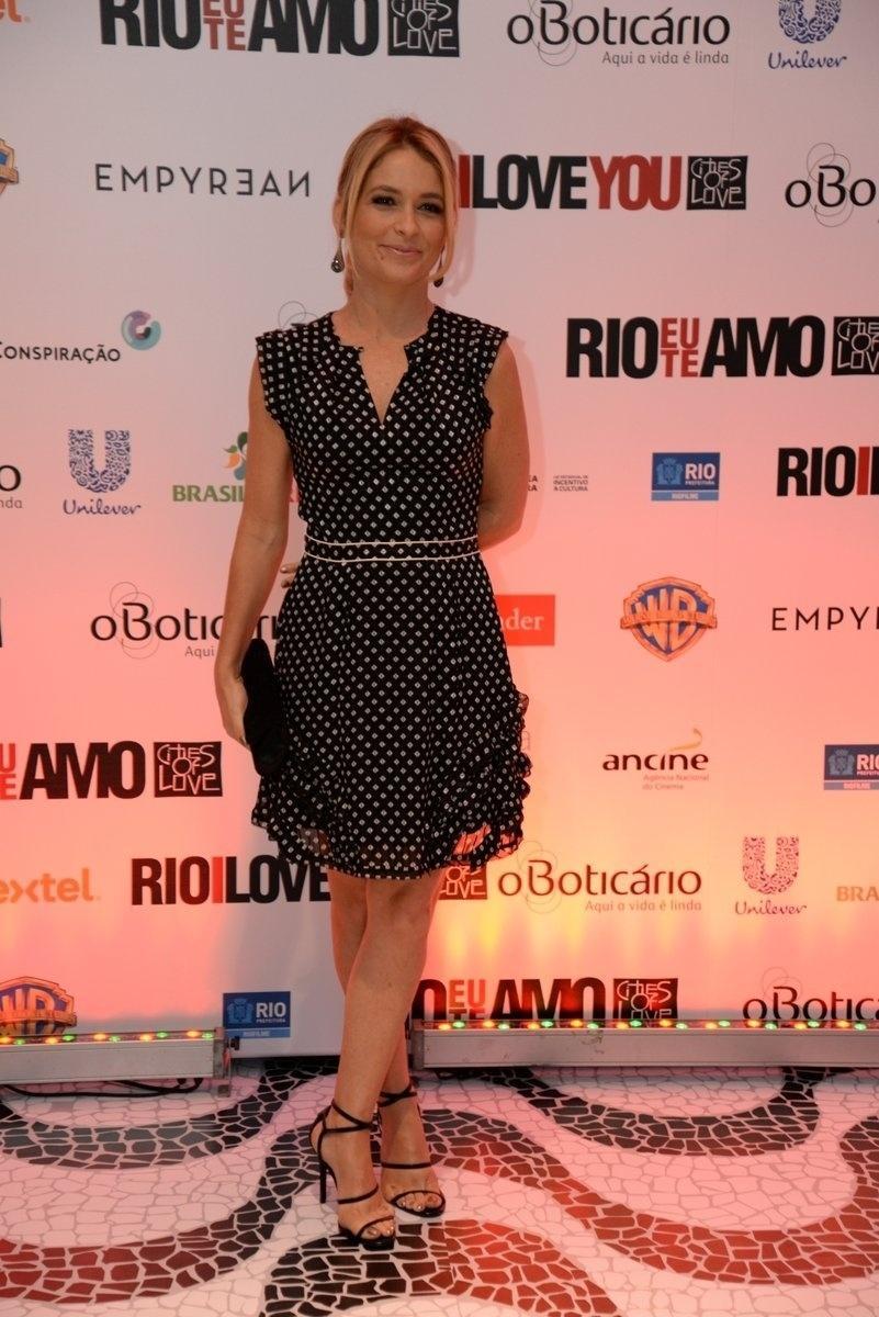 8.set.2014 - Claudia Abreu marca presença na pré-estreia do filme