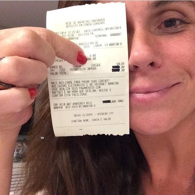 8.set.2014 - Giovanna Antonelli mostra o comprovante da doação do desafio do balde de gelo