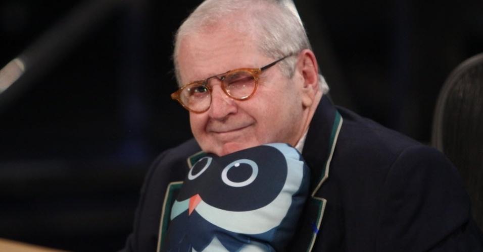 """8.set.2014 - Jô abraça uma almofada de coruja ao anunciar a programação do """"Corujão"""""""