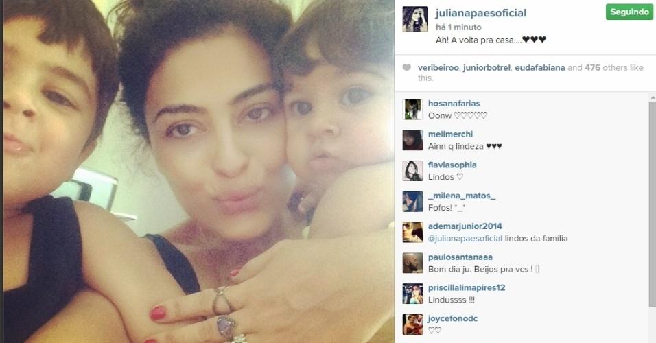 8.set.2014 - Sem maquiagem, Juliana Paes paparica os filhos, Antônio e Pedro, e mostra registro em sua página do Instagram.