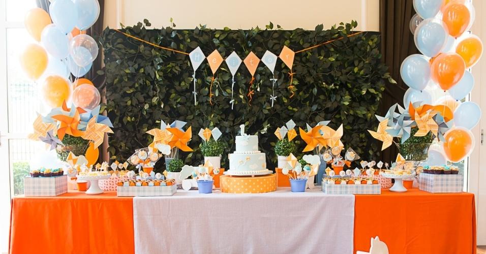 Na festa de aniversário com o tema pipas e cata-ventos, as cores azul e laranja foram as escolhidas pelo Studio Decor Eventos (www.studiodecoreventos.com.br) para dar o tom da decoração