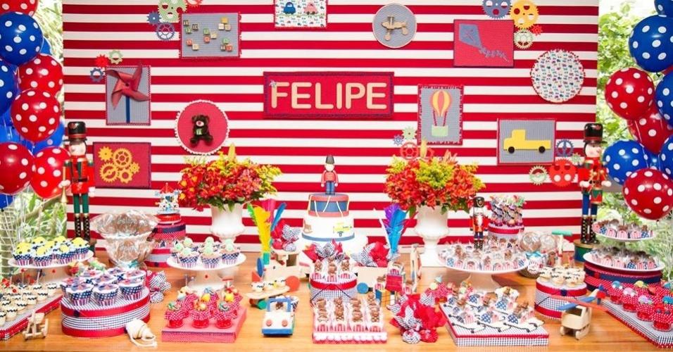 Detalhe da mesa principal da festa de aniversário com o tema fábrica de brinquedos, da Mamãe Coruja