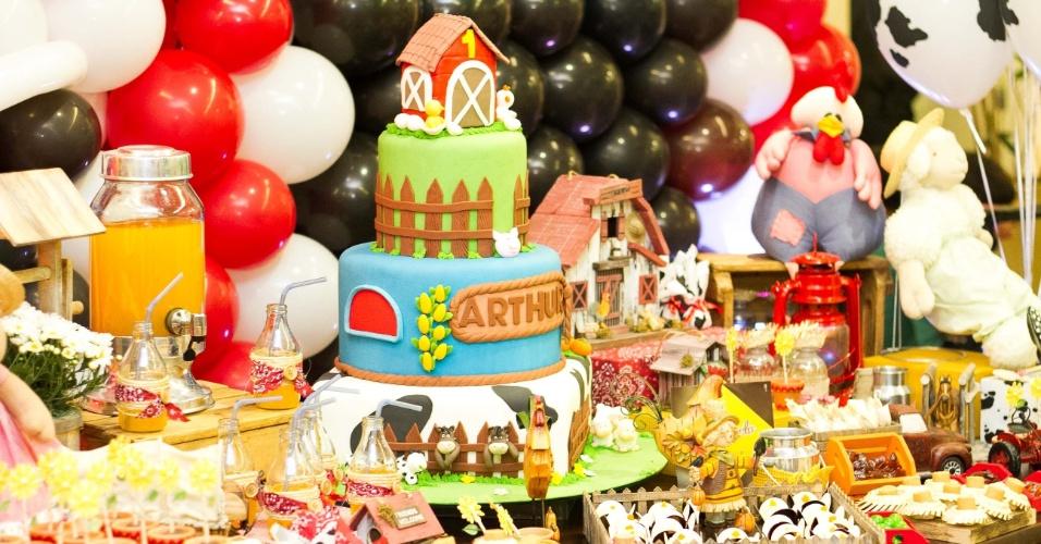 Doce de leite, docinhos em formato de melancia e garrafinhas para suco são alguns dos itens da mesa do bolo da festa com o tema fazendinha, decorada pela  Mundo Caramelo Festas