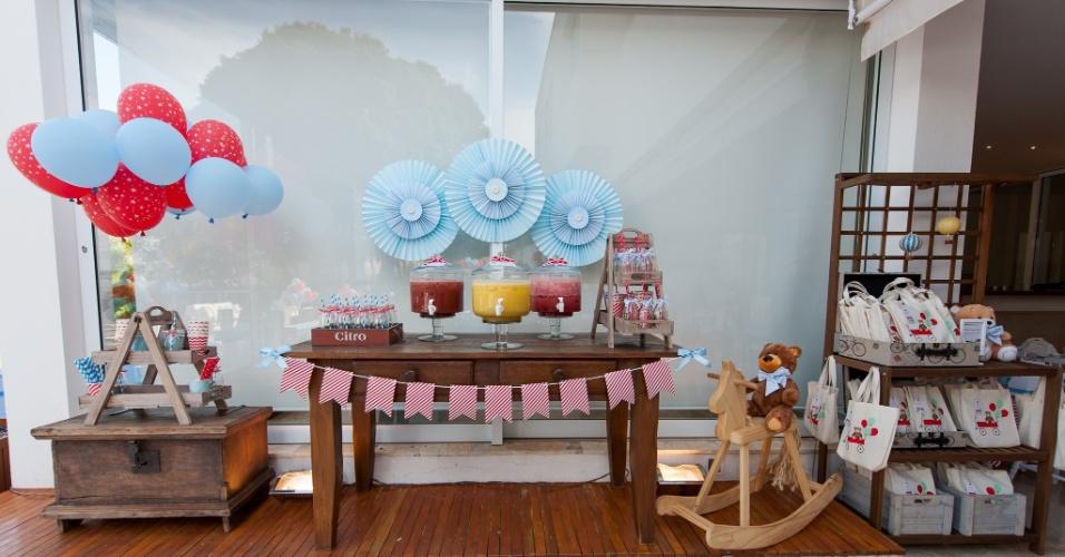 Mesa com as suqueiras e armário com as lembrancinhas da festa de aniversário com o tema brinquedos antigos, da decoradora Kelly Pinheiro, da Bella Fiore