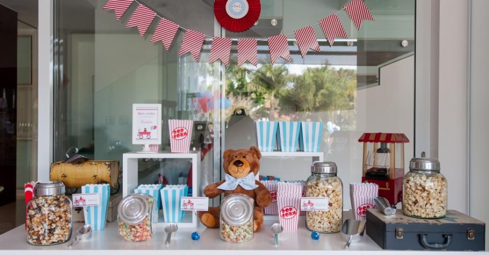 Detalhe da mesa com bala de goma e pipoca, montada por Kelly Pinheiro, da Bella Fiore, para a festa com o tema brinquedos antigos