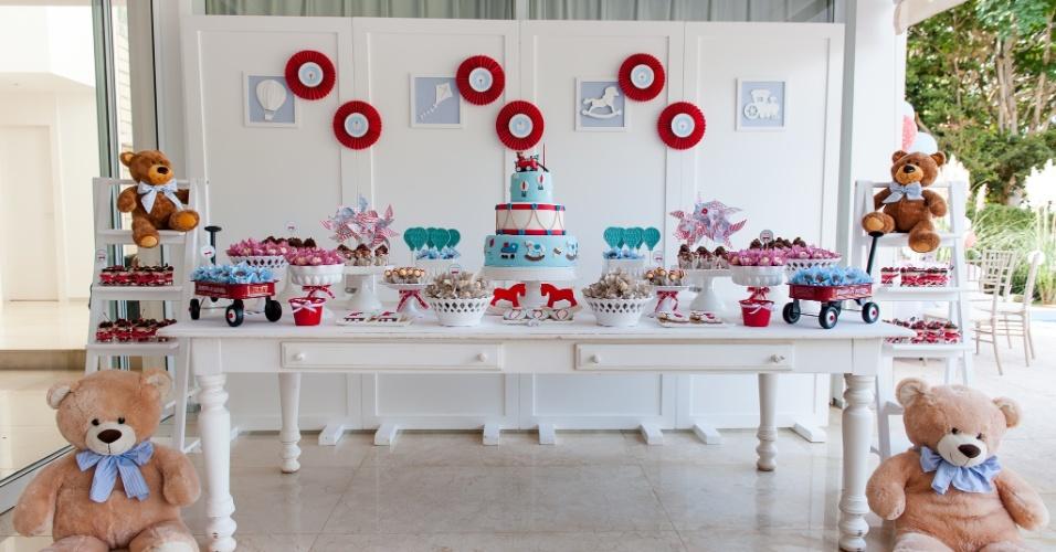 Decoração de aniversário com tema brinquedos antigos da decoradora Kelly Pinheiro, da Bella Fiore (www.blogbellafiore.com). Ursos e carrinhos foram os escolhidos para compor a ambientação