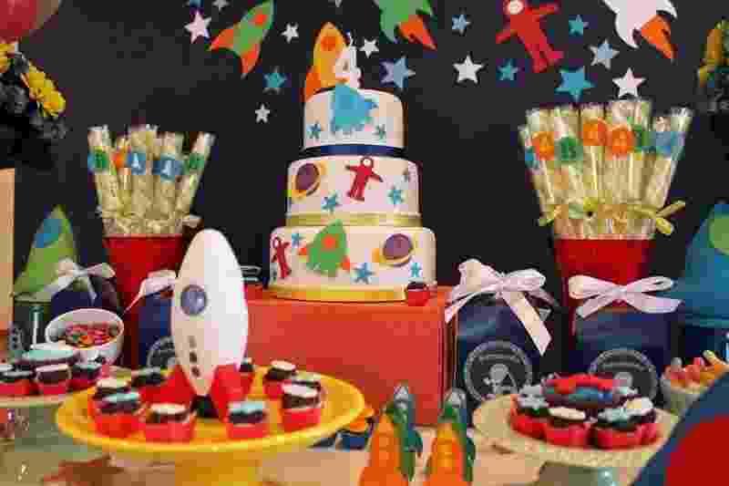 Detalhe da mesa do bolo da festa com o tema foguete, criada pela Scrap Encanto (scrapencanto.com.br) - Divulgação