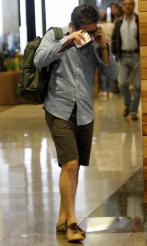 Murilo Benício esconde o rosto ao perceber que está sendo fotogrado em shopping na Barra