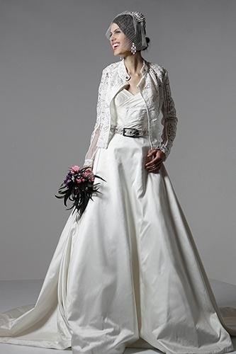 Noiva moderna: as mulheres ousadas não se prendem às regras. A jaqueta estilo perfecto de renda branca, combinada com cinto e buquê escuro formam a combinação ideal para quem deseja um look que passa longe do tradicional