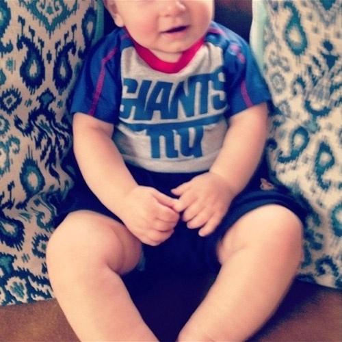 08.set.2014 - Jason Biggs mostra seu filho