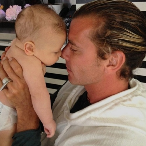 15.jun.2014 - Gwen Stefani mostra foto do marido, Gavin Rossdale, com o filho mais novo do casal, Apollo