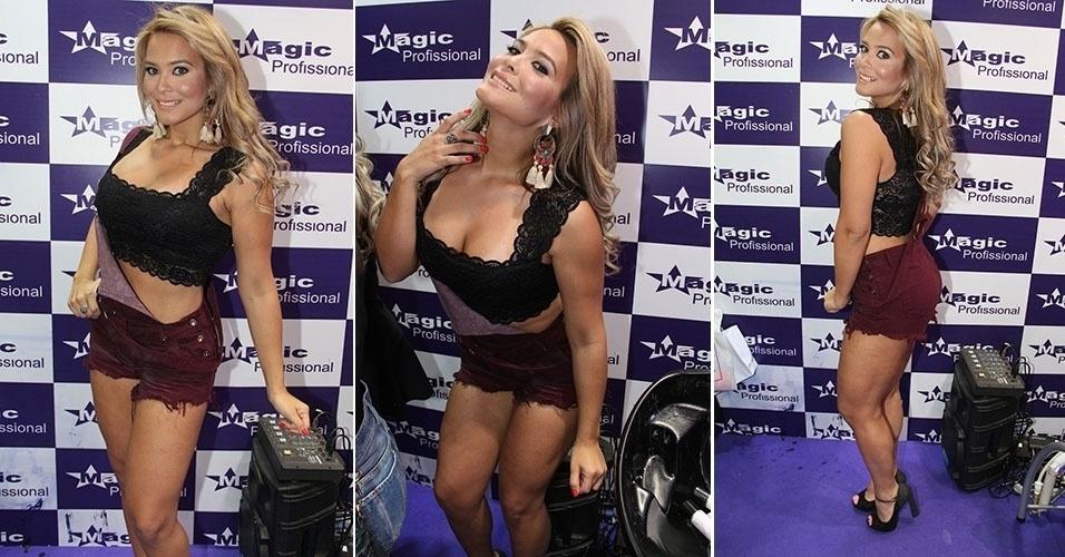 9.set.2014 - Geisy chamou a atenção em uma feira de beleza, em São Paulo, usando uma jardineira que deixava parte de sua barriga à mostra e um microshort.