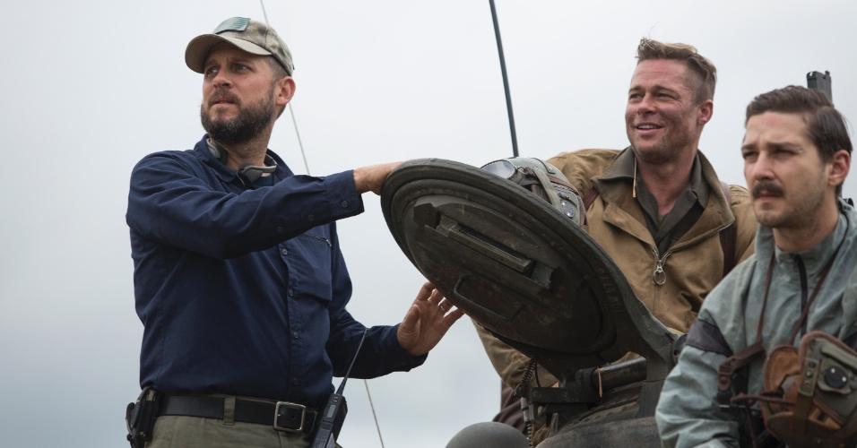 O diretor David Ayer orienta os atores Brad Pitt e Shia LaBeouf durante as filmagens de