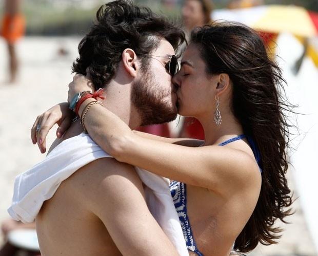 Rafael e Sandra se beijam na praia