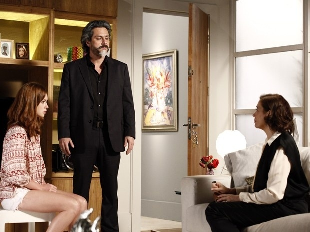 Zé Alfredo flagra conversa entre Maria Marta e Maria Isis