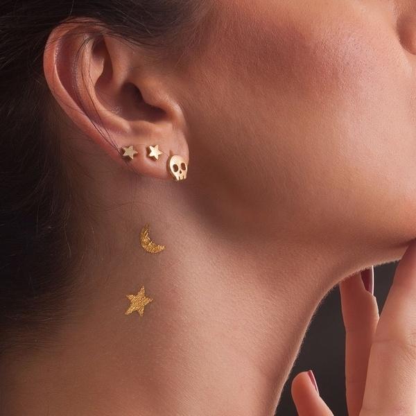 A empresa suíça DeLafée vende tatuagens temporárias feitas de ouro de 24 quilates. O pacote com 16 estrelas e duas luas custa R$ 180