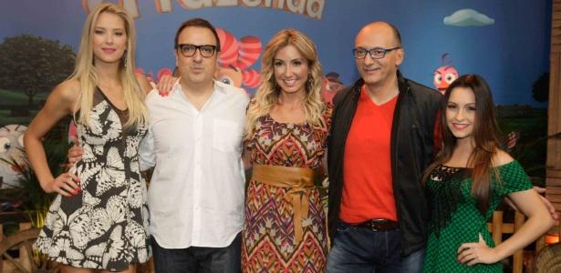 O diretor, Rodrigo Carelli, com a equipe do reality show em apresentação à imprensa