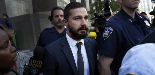 Shia LaBeouf deixa tribunal de Nova York após se declarar culpado de conduta desordeira