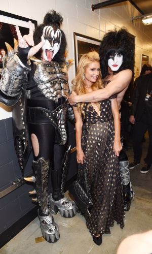 9.set.2014 - Gene Simmons e Paul Stanley, do Kiss, tiram foto com Paris Hilton durante o Fashion Rocks, em Nova York, nos Estados Unidos