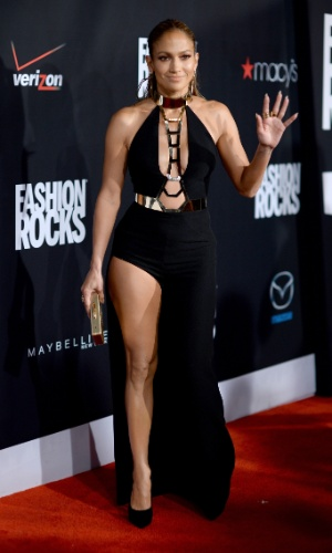 9.set.2014 - Jennifer Lopez chamou atenção ao chegar no Fashion Rocks, em Nova York. A cantora usa um vestido com decote e uma fenda enorme