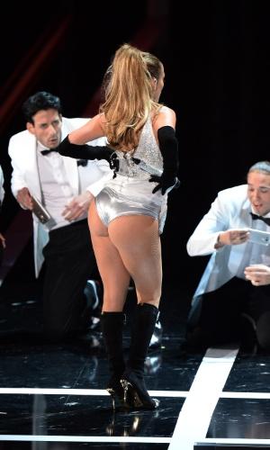 9.set.2014 - Jennifer Lopez se apresenta durante o Fashion Rocks, em Nova York, nos Estados Unidos. A cantora exibiu o bumbum durante a performance pra lá de sensual