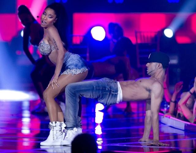 9.set.2014 - Nicki Minaj faz apresentação ousada durante sua apresentação no Fashion Rocks, em Nova York, nos Estados Unidos.