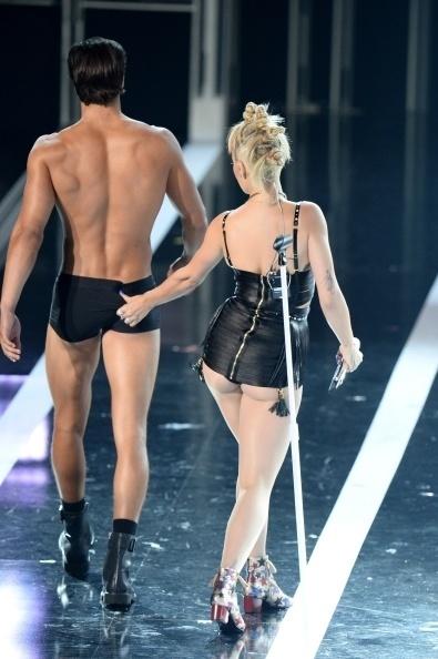 9.set.2014 - OA cantora Rita Ora apalpa o bumbum de um modelo durante sua apresentação no Fashion Rocks, em Nova York, nos Estados Unidos