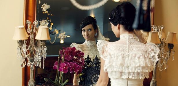 Espelhos são versáteis e criam um ambiente atemporal para a festa