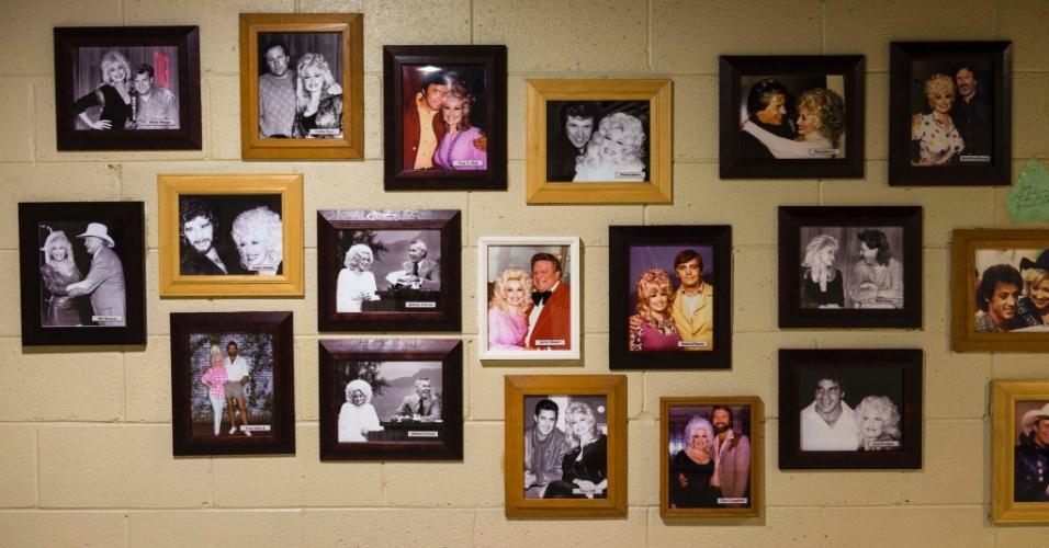 Fotos da carreira da cantora Dolly Parton estão expostos dentro do parque Dollywood, no Tennessee