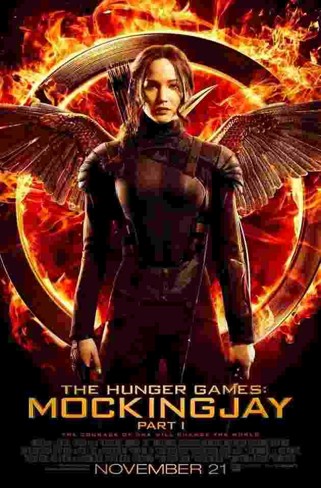 """Katniss Everdeen (Jennifer Lawrence) aparece com seu uniforme de líder rebelde no primeiro pôster oficial de """"Jogos Vorazes: A Esperança - Parte 1"""", em frente ao seu símbolo, um tordo em chamas - Divulgação"""