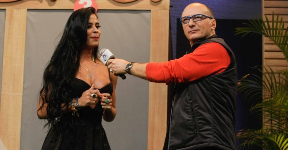 """10.set.2014 - Lorena Bueri conversa com Britto Jr, durante coletiva de """"A Fazenda 7"""""""