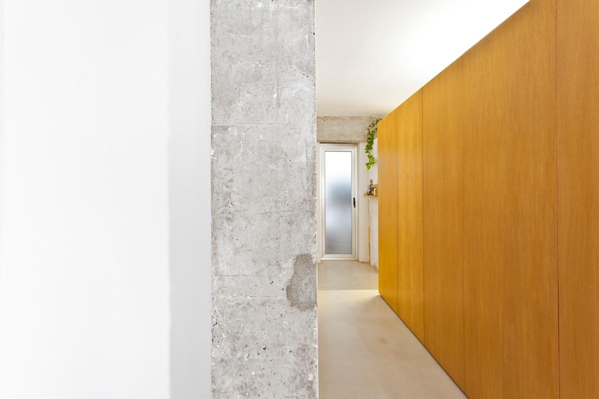 A arquitetura de interiores encontra sua base na combinação do concreto aparente e rústico, sem resinas protetoras, com a madeira e a pintura acrílica