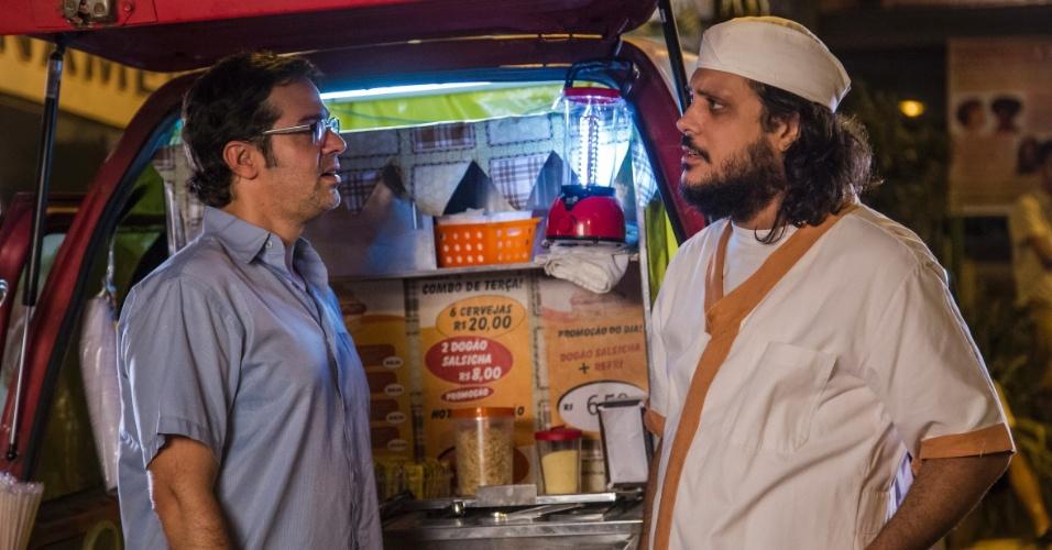 """Tuco (Lúcio Mauro Filho) como vendedor de cachorro-quente em """"A grande família"""""""