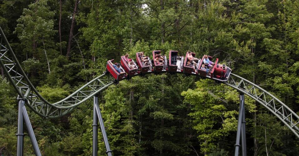 Turistas curtem montanha-russa no parque da cantora Dolly Parton no Tennessee, nos Estados Unidos