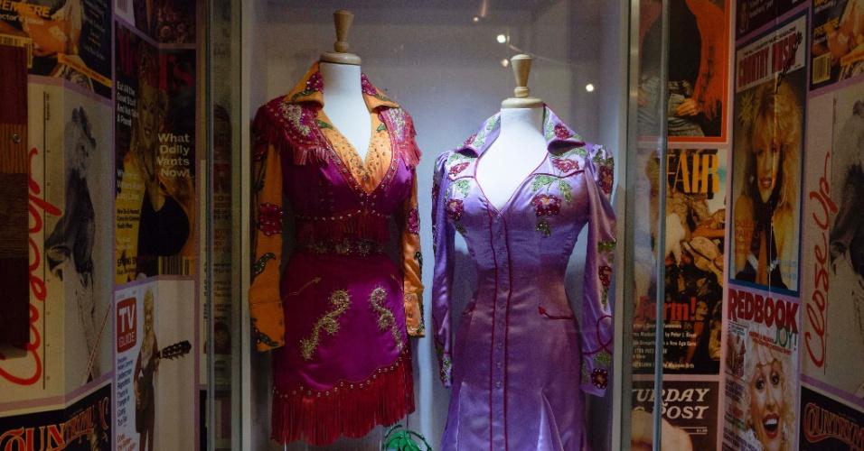 Vestidos da cantora Dolly Parton estão expostos em um museu dentro do parque Dollywood, no Tennessee