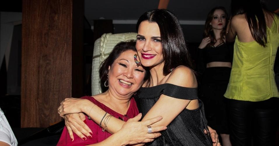 10.set.2014 - A modelo Fernanda Motta posa ao lado de Dona Kika, mãe da apresentadora Sabrina Sato, que comemorou seus 62 anos