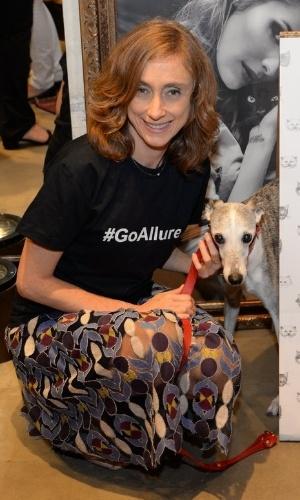 """10.set.2014 - Betty Gofman leva seu cachorro, da raça galgo inglês, ao lançamento da coleção """"Oito Vidas"""", uma parceria da ONG homônima com a grife feminina Eva, em uma loja em Ipanema, na zona sul do Rio de Janeiro"""