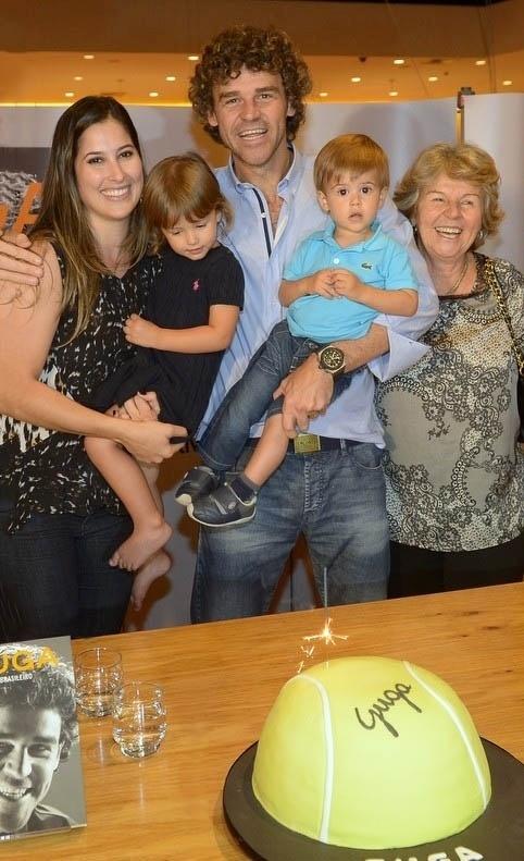 10.set.2014 - O ex-tenista Gustavo Kuerten reúne a família em uma livraria de São Paulo para lançar seu livro