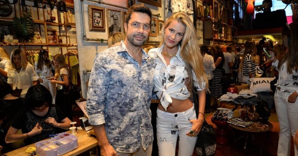 """10.set.2014 - O fotógrafo e apresentador Fernando Torquatto se encontra com a top model Yasmin Brunet no lançamento da coleção """"Oito Vidas"""", uma parceria da ONG homônima com a grife feminina Eva, em uma loja em Ipanema, na zona sul do Rio de Janeiro"""