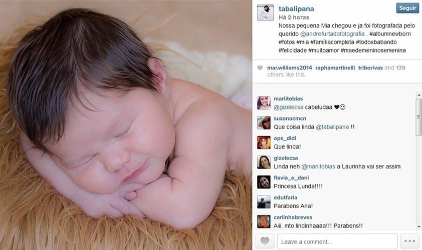 11.set.2014 - Ana Paula Tabalipa mostra a primeira foto da filha, Mia, que nasceu no dia 29 de agosto.