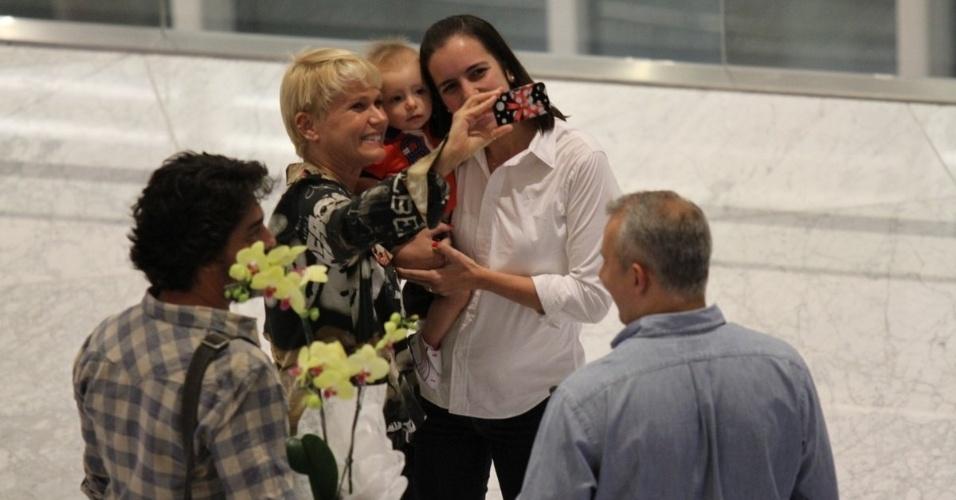 11.set.2014 - Com o namorado, Junno, e a filha Sasha, Xuxa é assediada por fãs e tira fotos