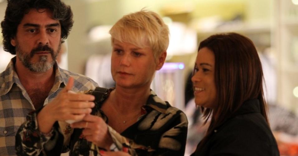 11.set.2014 - Com o namorado, Junno, e a filha Sasha, Xuxa é assediada por fãs. Simpática, a apresentadora tira fotos