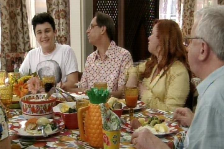 """11.set.2014 - A família Silva está em clima de despedida. Bebel se lamenta que todos terão de deixar a casa onde """"cresceram"""" para que ela seja reformada"""