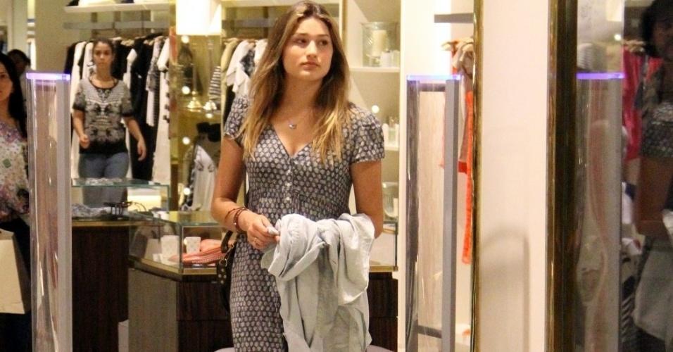 11.set.2014 - Sasha é fotografada em loja em shopping na Barra da Tijuca, no Rio. Ela estava acompanhada da mãe, Xuxa, e do namorado da apresentadora, o ator Junno