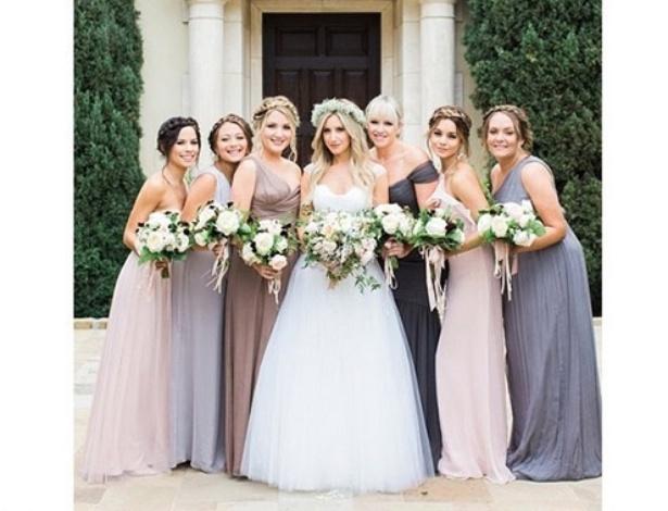 Ashley Tisdale posa com damas de seu casamento. Entre elas, está a atriz Vanessa Hudgens (a segunda da direita para a esquerda)